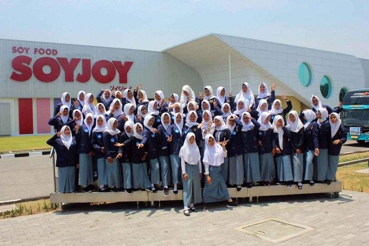 Foto Bersama di Depan Pabrik Soyjoy